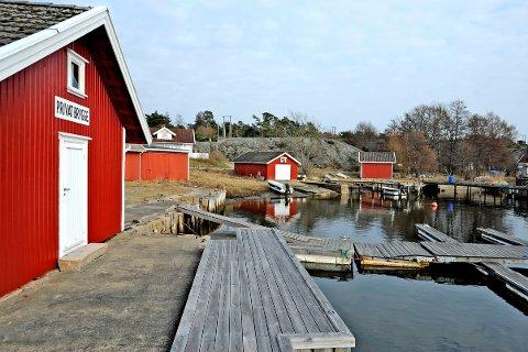 Bølingshavn på Hvaler, en idyll med rødmalte buer og hvite hus i sjøkanten.