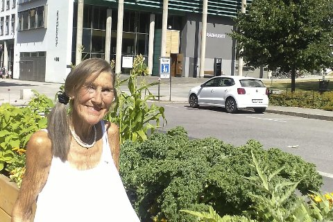 Jubilant: Frøydis Wroldsen dyrker politikk og blomster.  – Før oppfattet nok folk meg som streng i politikken, sier hun.