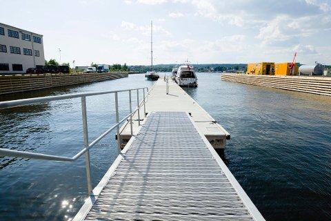 LIK DENNE: En flytebrygge i betong, som denne i gjestehavna på Værste, har det vært planer om å legge langs bryggepromenaden også, slik at småbåtene kommer i land.