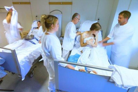 BEKYMRET OVER SVARENE: Illustrasjonsbilde fra sykepleierutdanningen ved Høgskolen i Østfold. Nå har sykepleierforbundet spurt et knippe av de som ble utdannet i 2018 og 2019 om deres første møte med arbeidslivet – og de er bekymret over svarene de ferske sykepleierne ga.