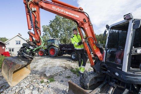 Egen arbeidsplass: Mats Bye Martinsen er fascinert av store maskiner har lånt penger og investert i ny traktor med utstyr, en gravemaskin og gressklipper, og skapt seg sin egen arbeidsplass.