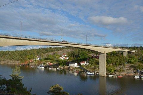 Kan bli revet: Kjøkøysund bru er i så dårlig forfatning at den etter alt å dømme må erstattes av en ny bru. Politikerne skal bestemme seg våren 2019. (Arkivfoto: Øivind Lågbu)