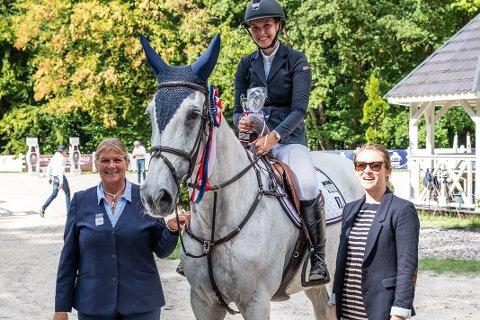 FORNØYD: Mia Marlene Jensen sikret seg en tredjeplass i Polen denne helgen med hesten Vong's Bernice.