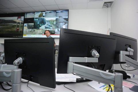 Hektisk jobb: Operasjonsleder Trond Lorentzen skal koordinere en rekke oppgaver bak pulten sin i operasjonssetnralen. Han må holde styr på fortløpende informasjon på seks skjermer.