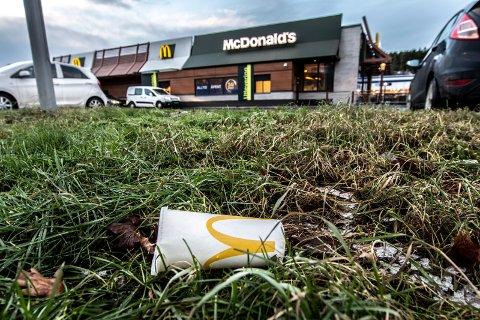 Forsøpling utenfor McDonalds på Rolvsøyveien