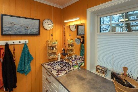 Gult bad: Er man morgentrøtt, våkner man garantert av den appelsingule fargen på badet. Flisene på gulvet og i dusjen er blå.