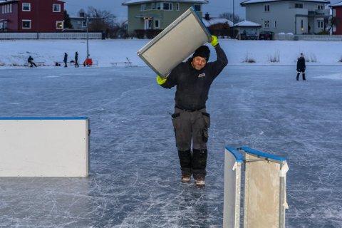 FRIVILLIGE TRÅKKER TIL: Viggo Holth er en av mange frivillige som hjelper til  slik at Vollgravene Winter Classic kan gjennomføres. Her monteres rinken.