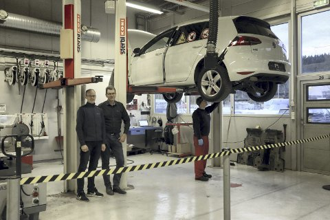 Forsvarlig sikret: Mekaniker Håvar Jensen har sperret av området han jobber i. Her er han ferdig med å reparere et hybrid-batteri. Til venstre står garantiansvarlig Thomas Magnussen og servicemarkedssjef Cato Thøgersen.