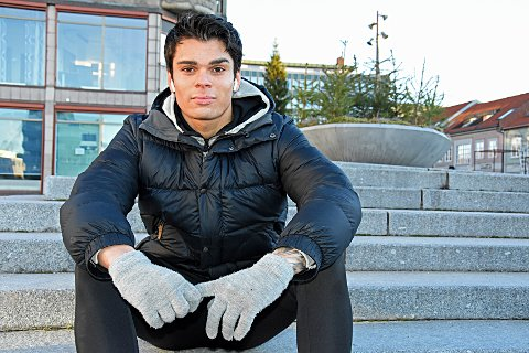 Trener ute: Tobias Tehrani trener i parkeringshus, underganger, trapper pg betongvegger istedenfor på helsestudio.
