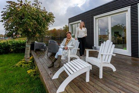 Koster-frelste: Både Gro Englund Børresen og datteren Malin skynder seg ut til helgehjemmet på Syd-Koster så snart de har mulighet. Solstolene er snekret av mor i huset.