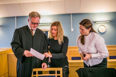 Barnehagesjef  Gøril Pedersen Bjerknes (midten) representerte kommunen i tingretten og lagmannsretten, og hadde bistand fra advokat Alex Borch og advokatfullmektig Kajsa Louise Tafjord Normannseth til høyre.