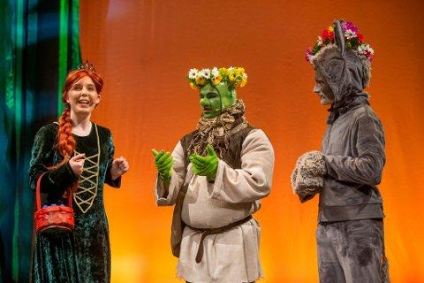 """Premiere: Kaja """"Fiona"""" Skarstad (f.v.), Sander """"Shrek"""" Isnes Høegh og Aidan """"Esel"""" Kostveit Gabriel under premieren på Vindelekas oppsetning av Shrek The Musical Jr. torsdag kveld.  – Både morsomt og viktig stykke!"""