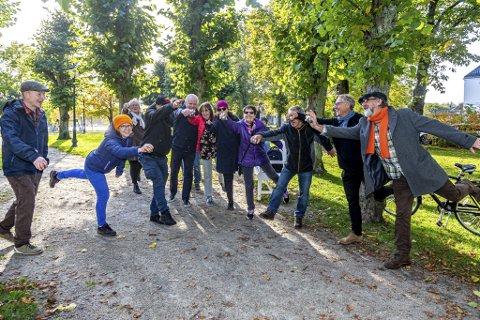 PETANQUE-DANSEN: Vestbredden Kulekastlag feirer gode kast med å utføre «Dance de Petanque», hvis opphavsmann er Espen Vincent Hansen (nr. to fra høyre).