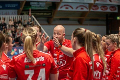 TØFFMATCH: FBK-trener Eirik Haugdal kan se frem til en aktiv kamp fra benken onsdag kveld.