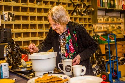 Vaffelveteran: I 30 år har Inger Synnøve Amundsen stekt vafler i ypperste klasse på Holmen. Mye egg og smør er hemmeligheten.