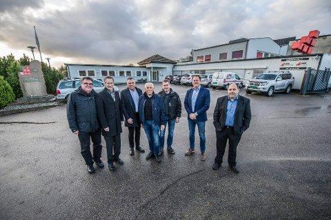 Kjøper opp selskap: Solid gruppen kjøper alle aksjene i byggentreprenørselskapet Nipas AS samt Nipas eiendom AS med datterselskaper.  Daglig leder Kim André Johansen i Solid Eiendom AS er helt til høyre utenfor hovedkvarteret på Rolvsøy.