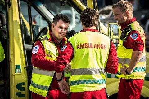 Marius Bjørndalen (t.v.) og andre ambulansearbeidere i Østfold opplever stadig oftere vold og trusler på jobb.