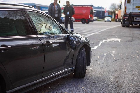 Fredag middag var det et mindre trafikkuhell mellom en personbil og en lastebil på en parkeringsplass i Dikeveien.
