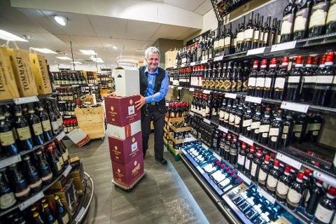 POPULÆRT: - Vi merker godt når de populære vinskribentene anbefaler en vin, sier butikksjef Knut Pettersen på Vinmonopolet i Torvbyen.