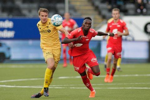 Daouda Bamba er tilbake i troppen til Brann til kveldens kamp hjemme mot Bodø/Glimt. Her i duell med Glimts Marius Lode under oppgjøret på Aspmyra 19. mai, en kamp Brann vant 2-1. Foto: Mats Torbergsen / NTB scanpix