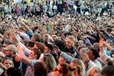 GOD STEMNING: Det var god stemning da nærmere 20.000 festivaldeltagere inntok Isegran i sommer, men en del mindreårige fikk i seg alkohol. Neste sommer setter Idyllfestivalen inn en rekke tiltak for å hindre at det samme skjer.