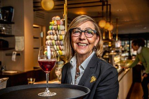 Et liv med mat og vin: Det er noen år siden det ble brukt brett til vinservering, men Turid Olsen har ikke glemt gamle kunster. - Nå har jeg blitt vant til tanken om et liv uten å gå på jobb, smiler hun.
