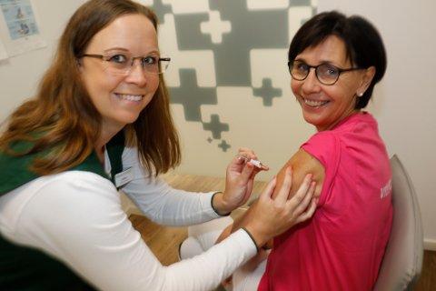 Får vaksine. Apotektekniker Lillian Jule (til venstre) setter influensavaksine på Kari Zakariasen, administrativ leder ved Vitusapotek Torvbyen
