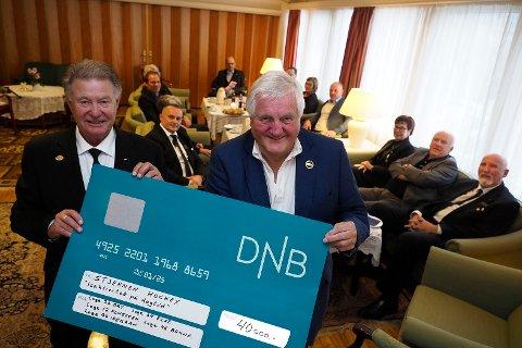Frank Bakken fra Odd Fellow overrakte en sjekk på kroner 40.000 til prosjektet «isaktivitet  på dagtid» til Stjernens Jan Georg Lund.