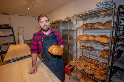Amerikanske Peter Mahoney har tatt bakeinteressen til et nytt nivå: I løpet av to dager baker – og selger – han over 150 brød, i tillegg til søtsaker som cookies og scones.
