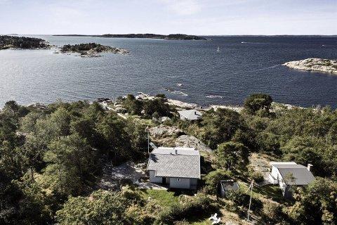 På sydspissen av Skjæløy ligger eiendommen idyllisk til på ca 5,1 mål stor tomt.