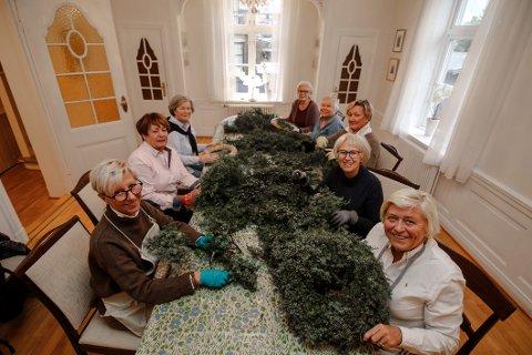 Ivrige. Sanitetskvinnene lager selv enerkransene som de selger. Fra venstre: Tina Andersen, Anne Henriksen, Bodil Larsen, Berit Stene, Kari Amtrup, Ruth Brovold, Kari-Anne Block og Kari S. Klemsdal.