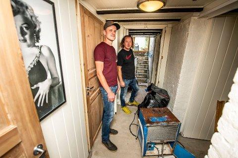 Måtte rive: Holmen-beboer Leif G. Aleksandersen (til venstre) var en av hundrevis i Fredrikstad som fikk vann i kjelleren 1. september. Gulv og vegger er revet, nå starter gjenoppbyggingen. Her er han med nabo Roy A. Nilsen på uværsdagen i september.