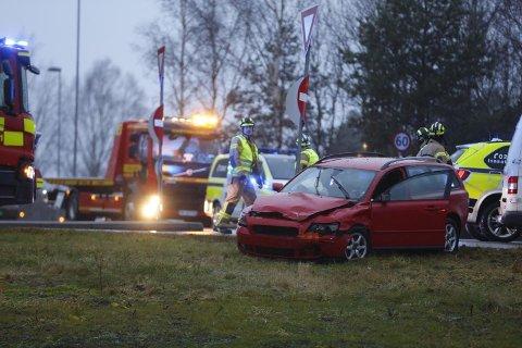 SKADER: Det er store materielle skader på bilene etter ulykken.