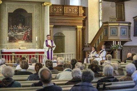 Folksomt. Mange hadde møtt frem til demens-gudstjenesten i Østre Fredrikstad kirke i fjor. Sogneprest Tore  Schwartz-Olsen holdt prekenen.