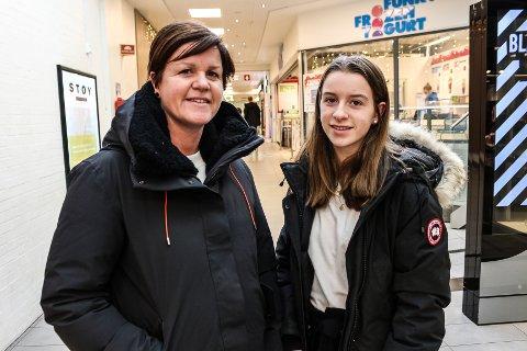 Linda (t.v.) og Mia Krogsrud er ute på jakt etter en bursdagsgave når FB møter dem i Torvbyen lørdag formiddag. De mener at folk i Fredrikstad handler for 9.130 kroner hver i desember høres veldig mye ut.