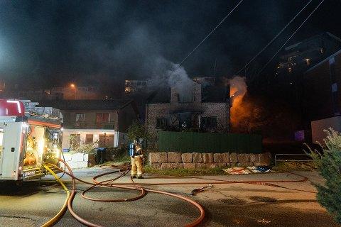 Huset ble totalskadet i brannen natt til lørdag.