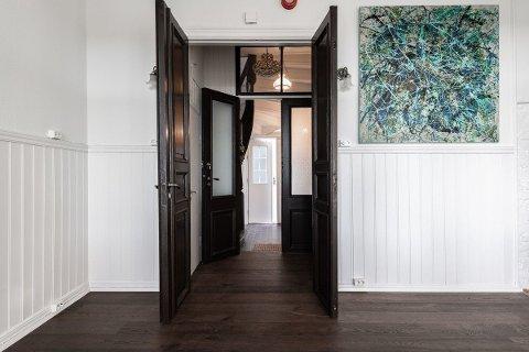 VELKOMMEN TIL BOLIGSALG OG KUNSTUTSTILLING: Megleren har brukt lokale kunstnere for å live opp den fraflyttede leiligheten som skal selges. Neste helg er det visning – og kunstutstilling.