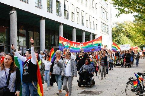 Svært mange dukket opp i Pride-paraden i Fredrikstad sentrum i sommer. Nå har organisasjonen bak arrangementet slått seg selv konkurs etter at en tidligere sentral person i organisasjonen er anmeldt for grovt underslag.