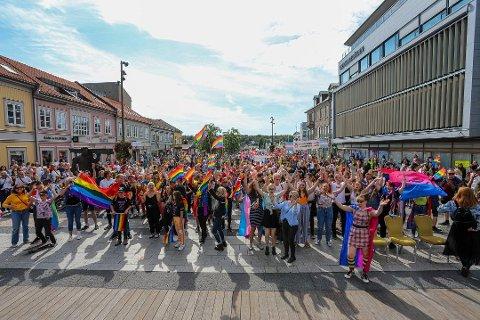 Flere tusen mennesker stilte opp under Pride-festen i sommer. Nå er en tidligere medarbeider i Fredrikstad Pride anmeldt for underslag og organisasjonen er slått konkurs. Neste år kan en helt ny Pride-organisasjon være på plass.
