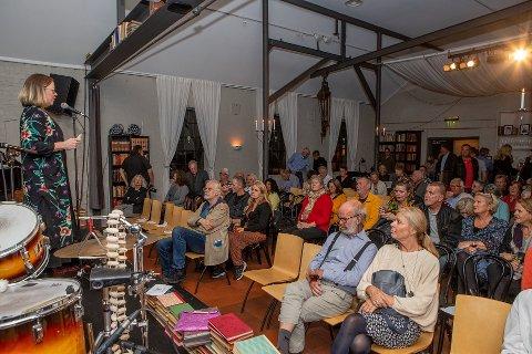 FYLLER PROGRAMMET MED KVINNER: Neste år er Ord i Grenseland ti år, og i anledning jubileet skal det bare være kvinner på scenen. Her er den nye festivalsjefen, Anne Fjellro, på scenen under årets festival.