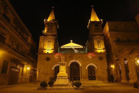 St. Elias-katedralen i Aleppo. Bildet er tatt julekvelden i 2009. Fotografen skriver at bildet er tatt mens gudstjenesten pågikk og at han kunne høre vakker sang fra kirken.