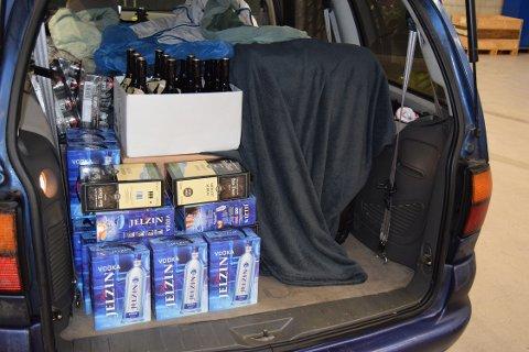 De danske bilene var fylt til randen med både alkohol og sigaretter.
