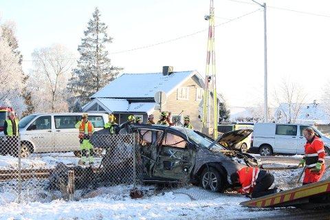 Ingen personer kom til skade da toget dundret inn i en personbil på planovergangen ved Enebekk på Rådesletta mandag. Flere ganger tidligere har det skjedd ulykker her, men Bane Nor mener overgangen er trygg nok.