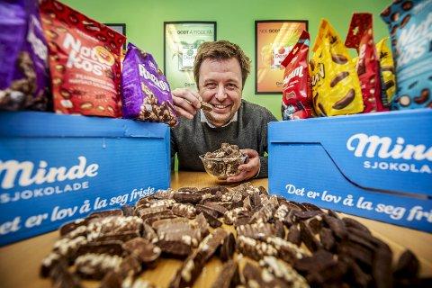 BRYNILD: Markedsdirektør Flemming Formoe viser frem Minde-produktene fra Fredrikstads egen sjokoladefabrikk.