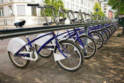 NÅ FÅR VI BYSYKLER: Etter sommeren blir det trolig satt ut 60 bysykler i Fredrikstad og 40 i Sarpsborg. Om bysyklene i Nedre Glomma kommer til å ligne disse bysyklene i Oslo, er usikkert siden leverandør av bysyklene ikke er valgt ennå.