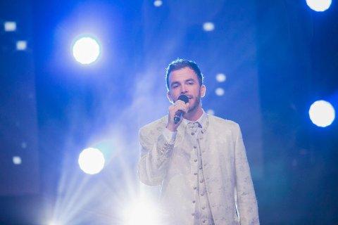 Alene på scenen: Morten Gjerløw Larsen skal overbevise dommerne i All Together Now med «You raise me up».