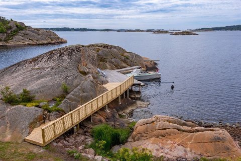 Eiendommen mellom Skjærhalden og Norde Sandøy har to brygger, båtplasser og stupebrett. Hytta ligger 50 meter fra vannet, og tomta er på 2,6 mål.