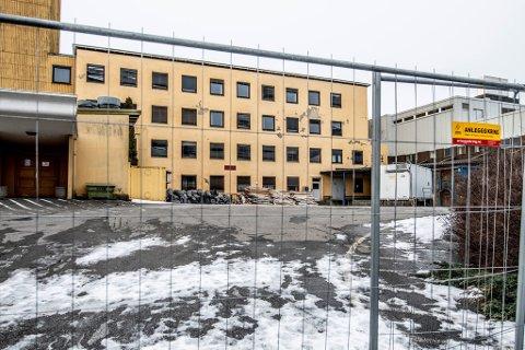 Snart byggestart?: Utbyggerne forbereder byggestart på Cicignon. Nå er det satt opp gjerder ved det gamle sykehuset.
