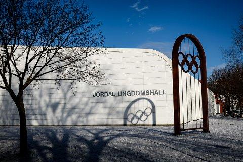 HER SKJEDDE DET: I ungdomshallen på Jordal segnet Emil Westmark om i spillerboksen under en match mot Vålerenga.