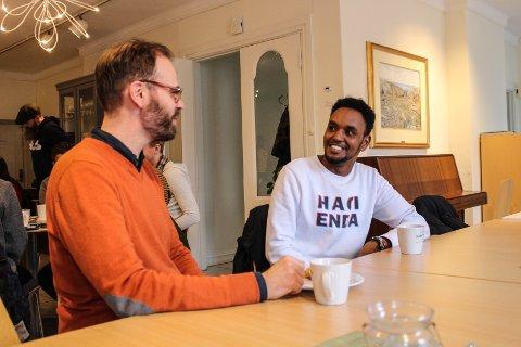 SOSIALT: Venstre-politiker Trond Svandal hadde tatt turen for å sjekke ut tilbudet til Fredrikstad Fritidsaktivitet. Her snakker han med Yasin Sheikh Yusuf fra Etiopia.
